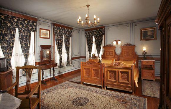 Антична двойна стая с две отделни легла – Старинна сграда с автентично обзавеждане